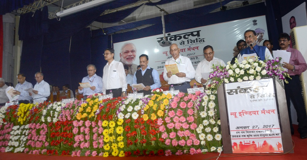 The Union Minister for Agriculture and Farmers Welfare, Mr Radha Mohan Singh administering the New India Pledge at Banaras Hindu University, in Varanasi.