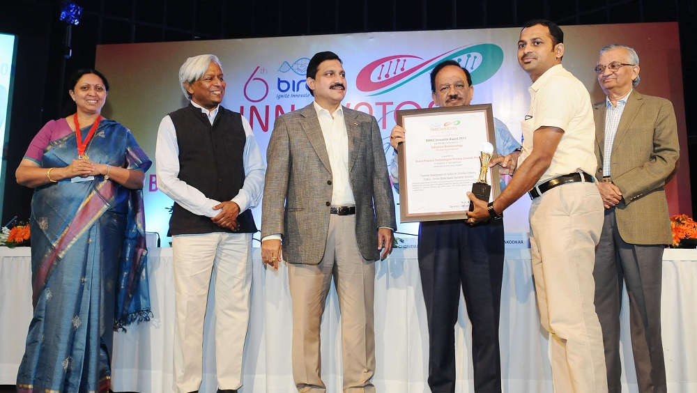 Dr Harsh Vardhan presented the awards, at the inauguration of the BIRAC Innovators Conclave and Bio-Innovation Fair along with Y S Chowdary. The Secretary, Department of Biotechnology, Prof. K. Vijay Raghavan and other dignitaries are also seen.